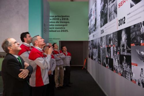 El director de la Fábrica de Martorell, el Dr. Rainer Fessel,durante la inauguración de la exposición.